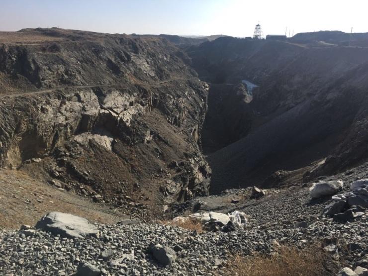 草原惊现巨型深坑 后石兰铁矿破坏生态环境调查