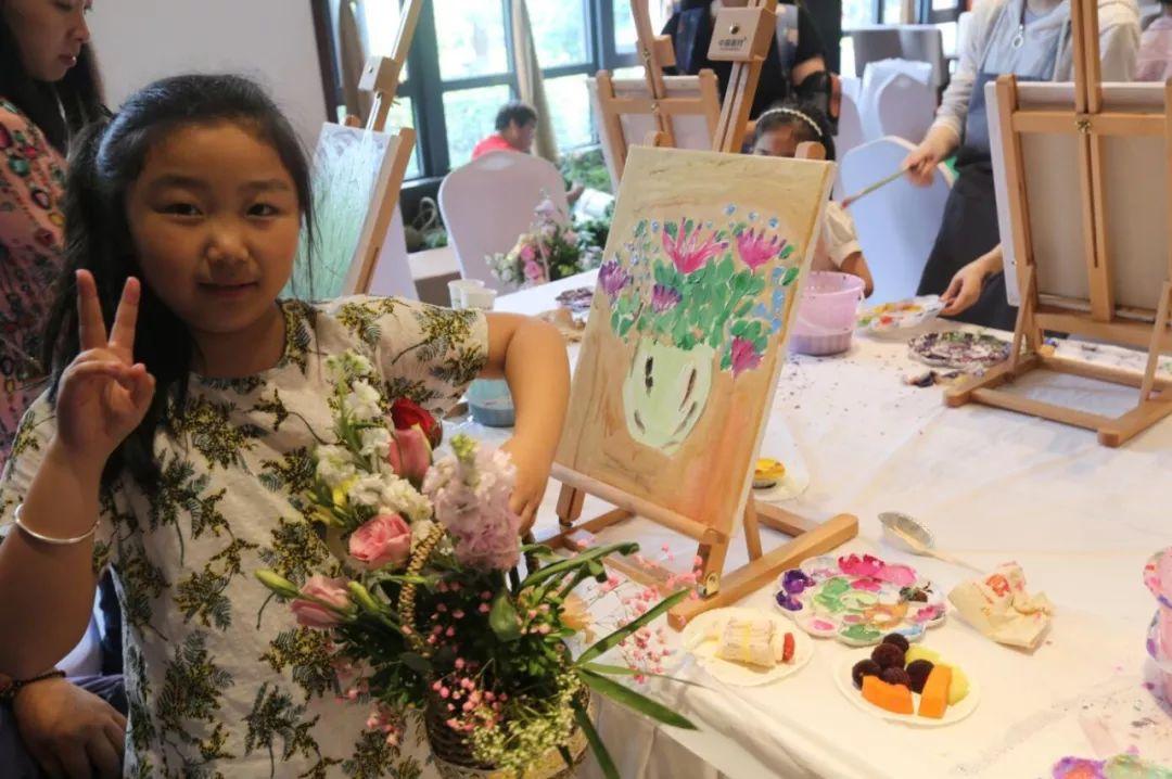 画布,油彩,画笔,每一个小朋友都化身小小油画家,用一幅幅可爱生动的