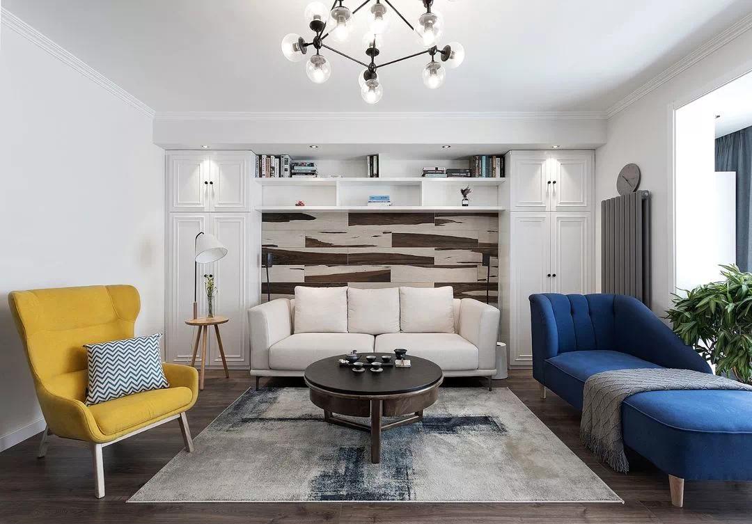 组合柜增加储物,配合木纹瓷砖板做装饰,形成既实用又美观的沙发背景墙