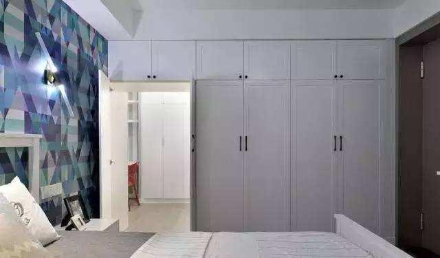 装修攻略 设计 文章       4,家具式隐形门   将门隐藏在家具之后,也图片