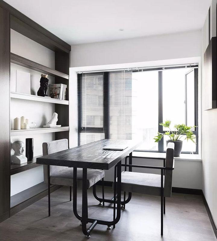 书房在别墅装修中秉承了黑白灰的色彩导向,用沉静的空间氛围尝试新