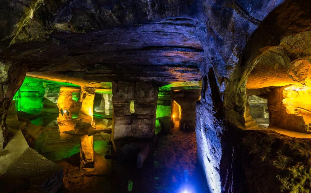 花山谜窟景区位于黄山市区,距离黄山风景区约55公里,来到花山谜窟的