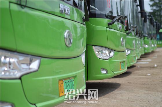从今天开始,市民在路上可以陆续发现一些挂有全新绿色牌照的公交车