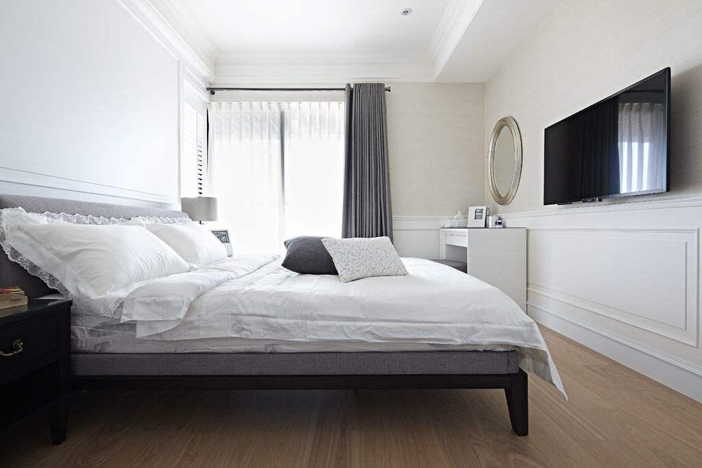 客厅装修整体色彩以浅色调为主,白色的瓷砖搭配白色的落地窗帘
