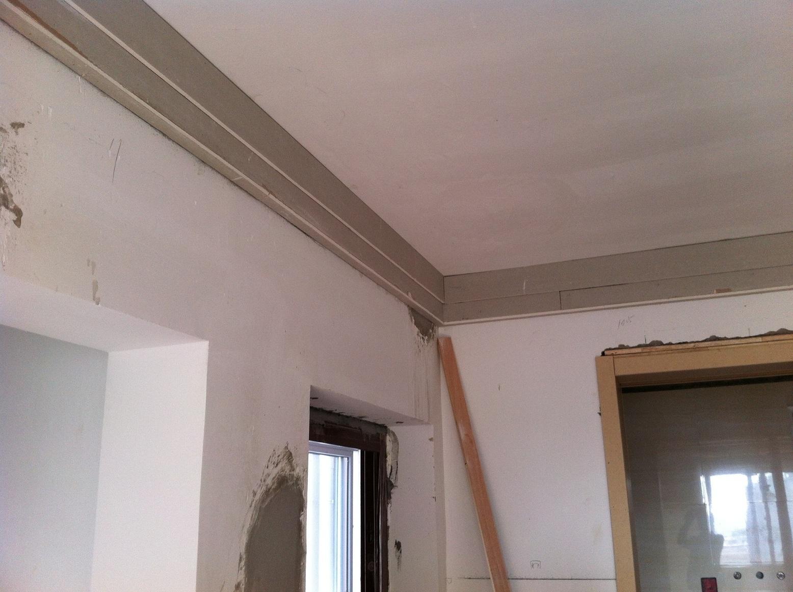 装修攻略 硬装 文章    如果觉得这样的吊顶单调,可以用石膏线条补充