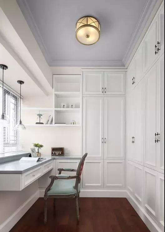 家里有一个精致的小书房,可以考虑打上满墙的柜子,增加衣帽间的功能