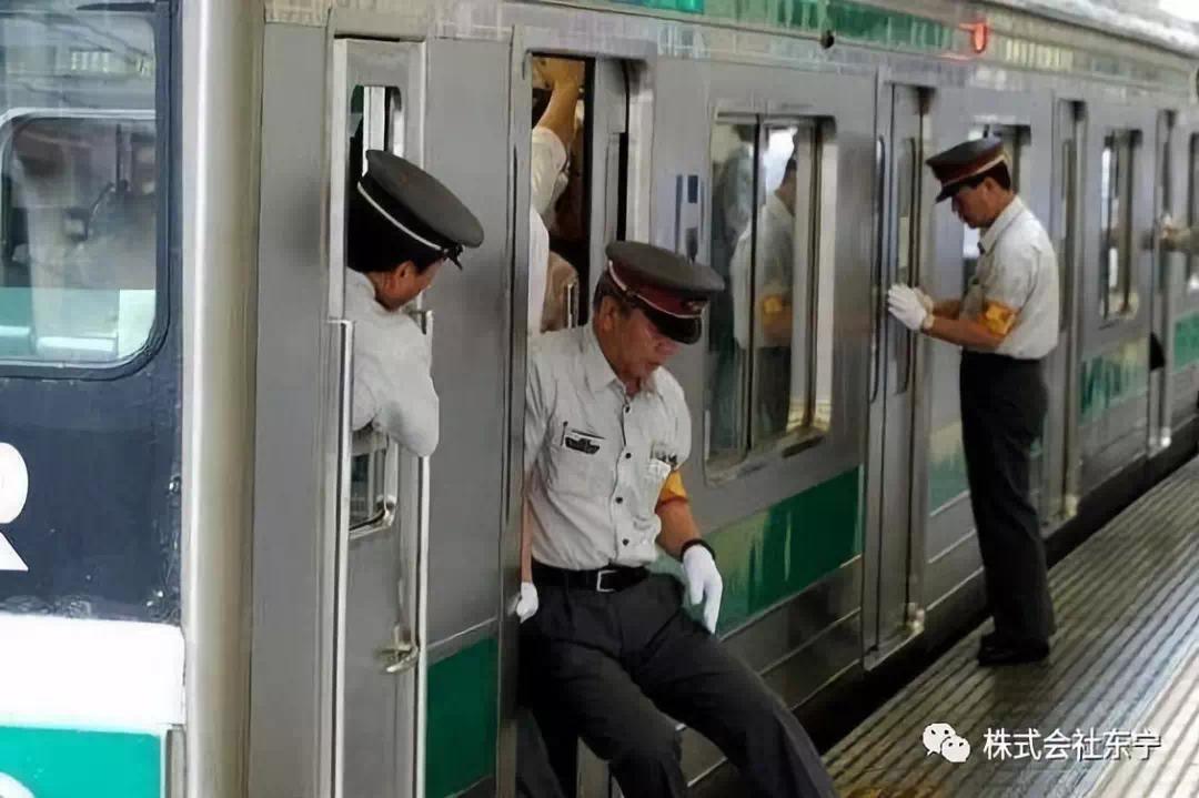 比北京地铁还恐怖的高峰出行,造就了这年薪20万的奇葩职业!