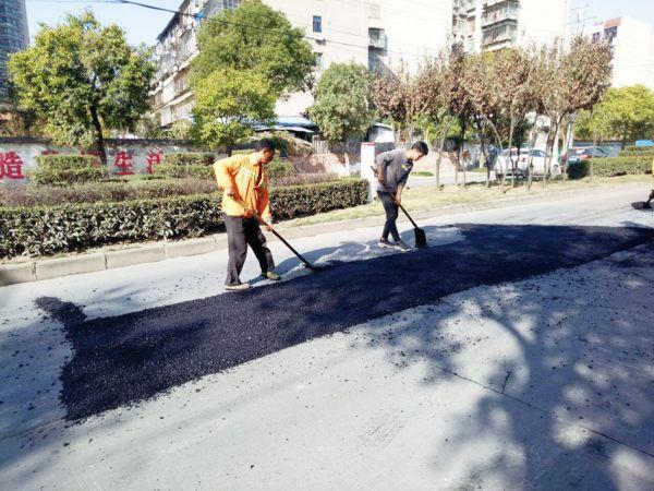 五一路坑洼路面修复