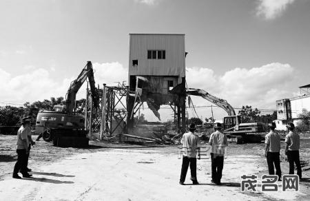 茂南6家非法搅拌站被查,执法人员依法拆除违法建筑。