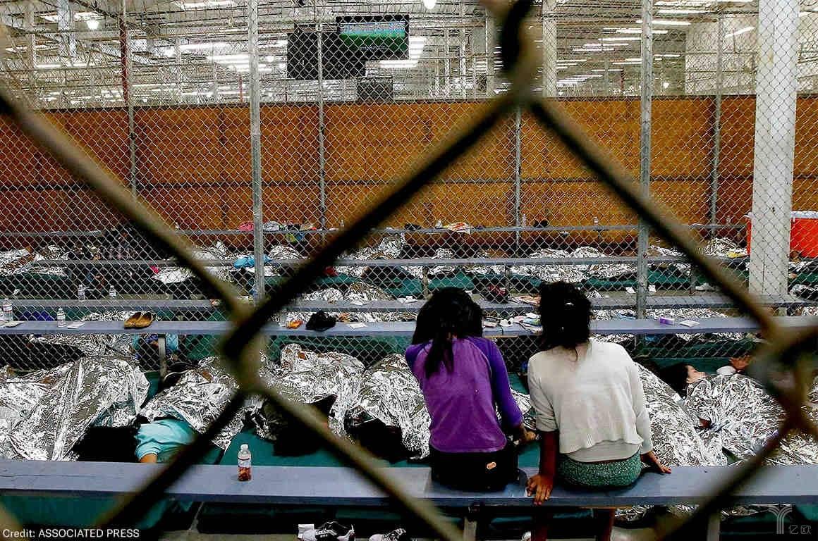 (安置所内睡满了未成年人。图片来源:ACLU)