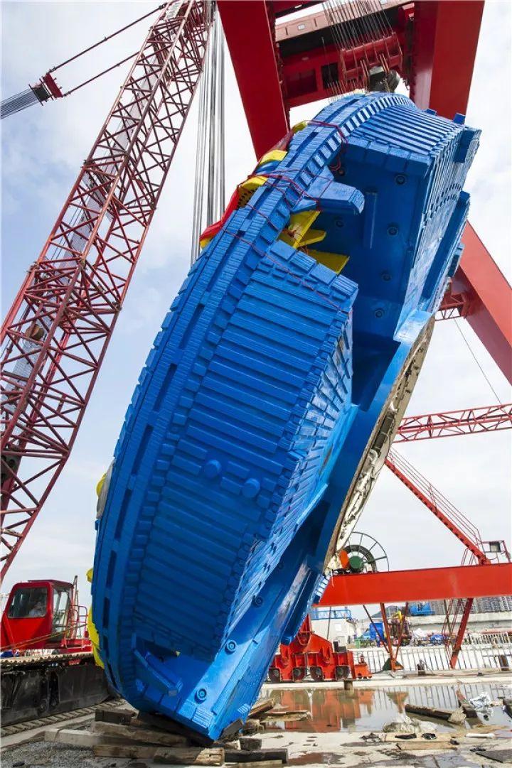 海湾隧道建设最新进展!重570吨的西线盾构机刀盘顺利下井
