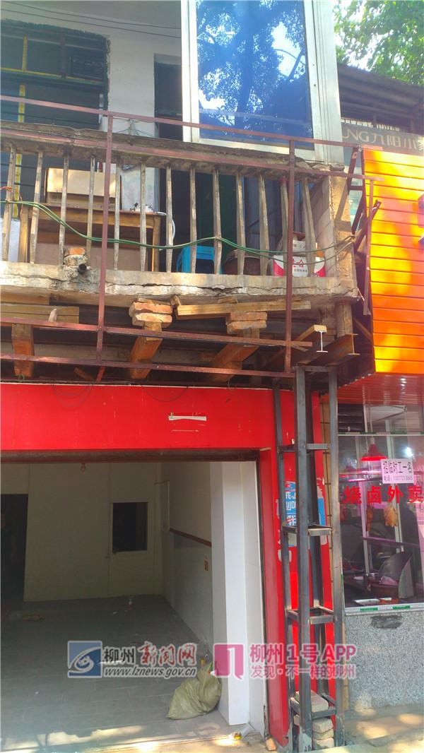 屏山大道一门面上方阳台开裂用砖木支撑,租户想退租遇难题