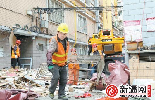"""乌鲁木齐天山区整治""""开墙打洞"""" 拆除违建设施 恢复建筑原貌"""