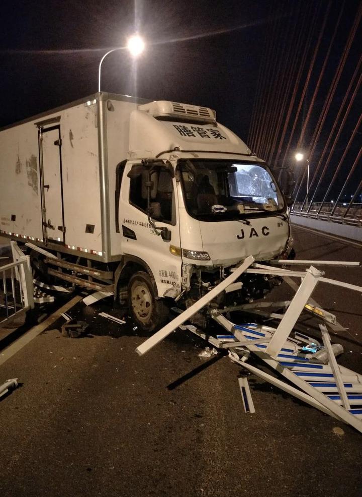 大桥上,货车一口气铲倒护栏60多米!罪魁祸首竟是