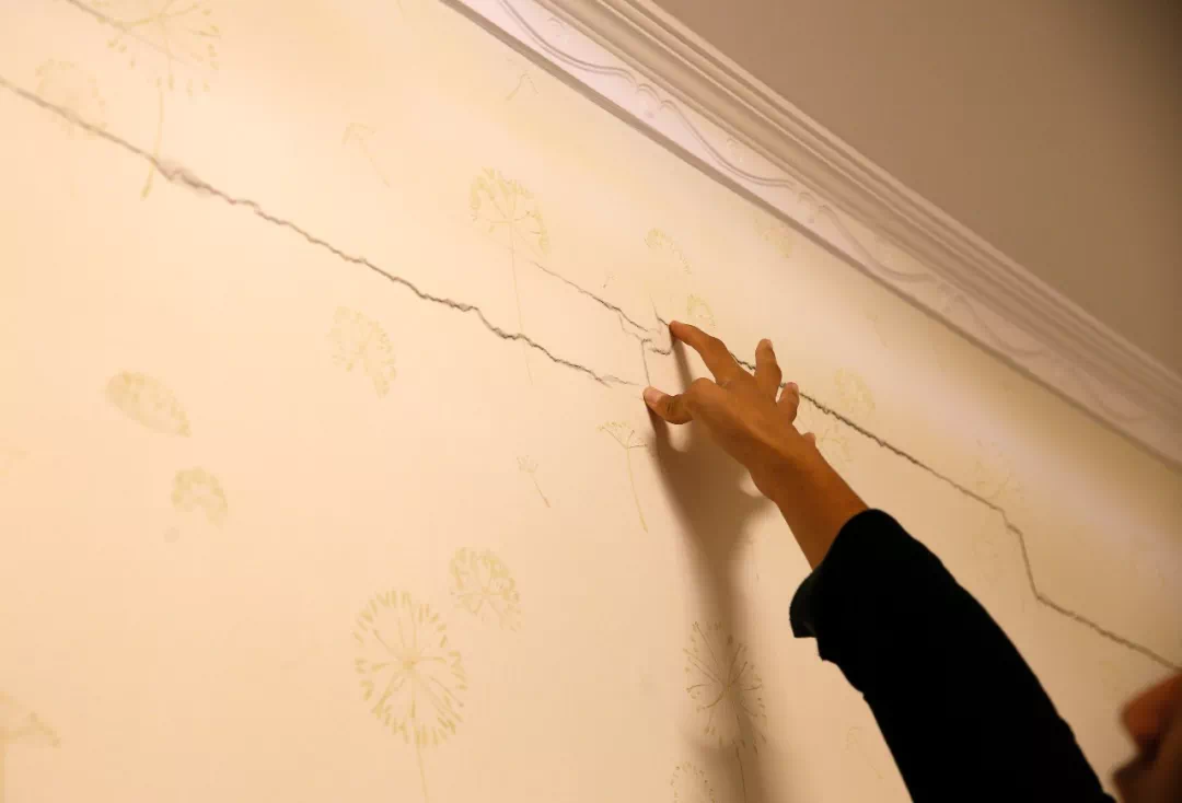 西安一业主发现墙裂缝 开发商:修可以,但你们得先签一份协议