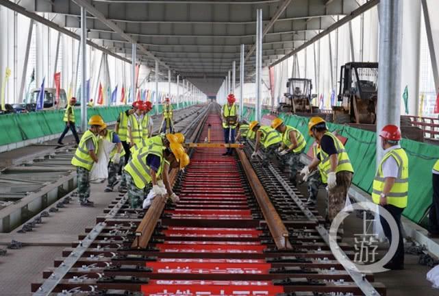 朝天门大桥实现轨道贯通 未来新景观:两边跑汽车 中间跑轻轨