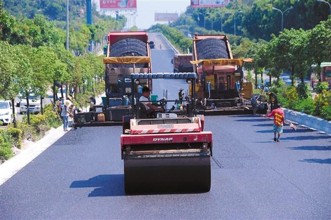国道324礐石大桥至红旗岭路段完成单侧路面摊铺沥青