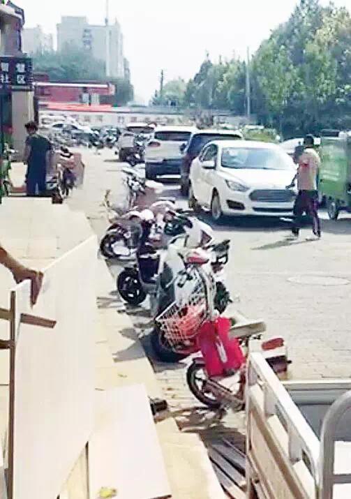 沧州这个小区商家和居民起冲突 商铺门前空地归谁?