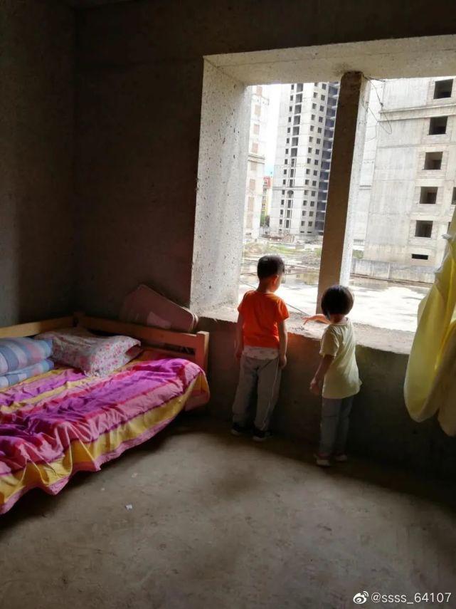 烂尾楼里的 30 位房奴:每天爬 18 楼、一个月洗一次澡搜狐焦点北京站插图(10)