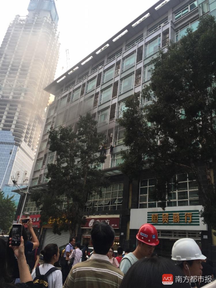 东莞一写字楼四楼大火,多名男子攀爬窗外逃生!