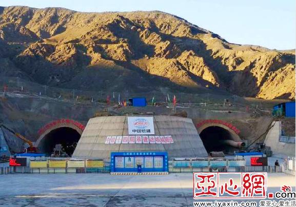 G30小草湖至乌鲁木齐改扩建项目全线隧道群贯通