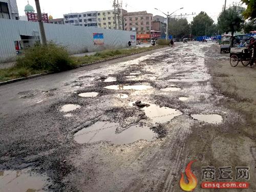 青年路:只因拆迁未到位 大修施工难启动