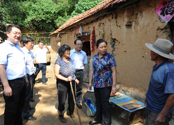 潍坊恒信集团与潍坊市委台办向临朐县贫困户捐赠物资