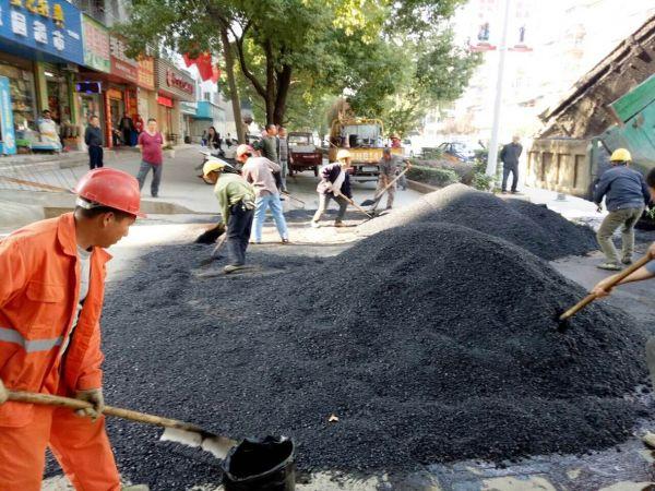 杨湾菜场、地税路坑洼路面修复