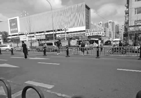 险!路上安护栏 市民翻越过马路