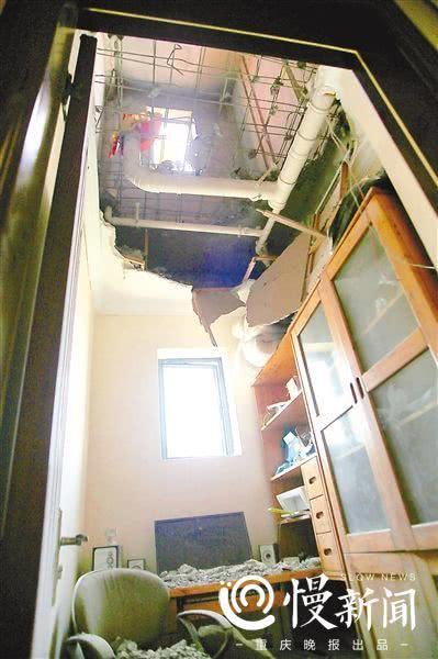 咣当一声巨响书房天花板垮了 幸好业主在厨房做饭