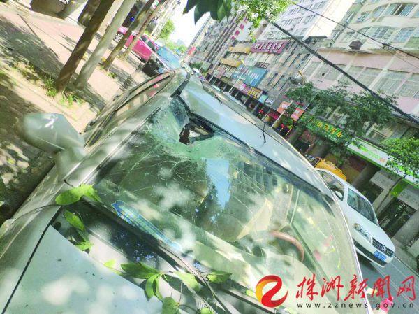 水泥梁凌晨高空掉落 停在株洲合泰路上的小车被砸出个窟窿