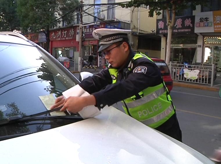 贴条锁车,交警出狠招!你还敢这样乱停车吗?