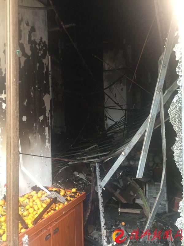 神農小區旁一水果店凌晨起火 樓上美容店也被燒