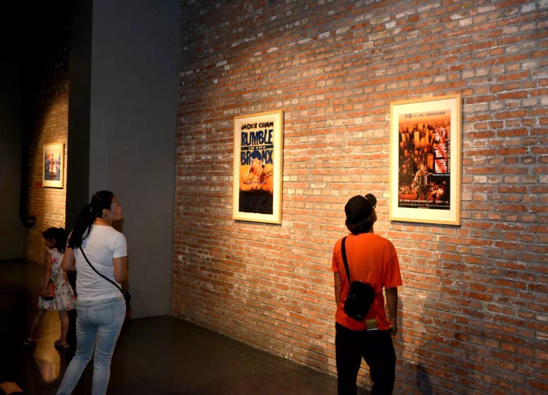 成龙百部电影海报展预展吸引众多观众