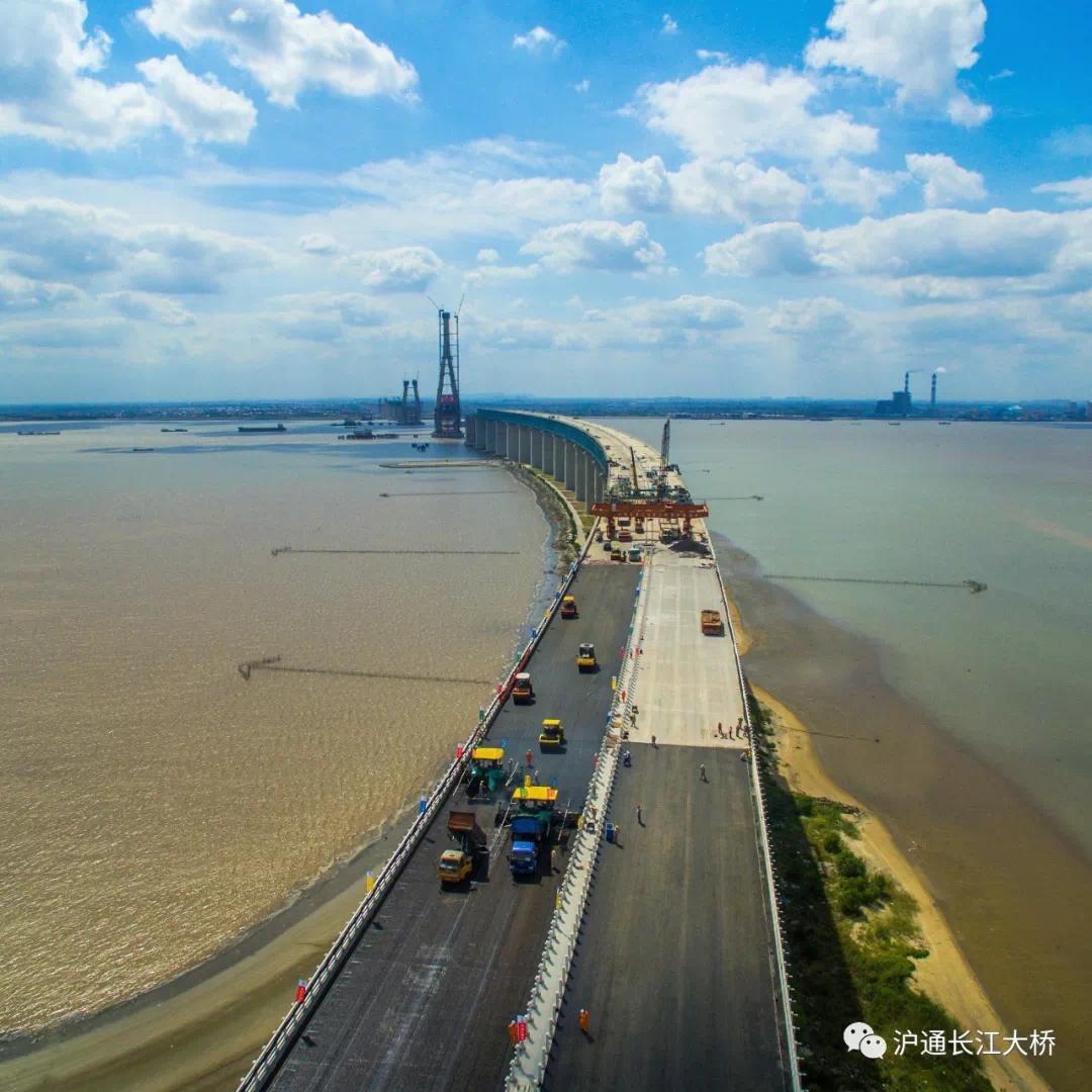 最新!沪通大桥昨起摊铺沥青!距通车迈出跨越性一大步!