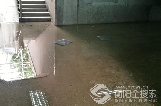 湘江北路人行地下通道污水淤积,脏臭刺鼻