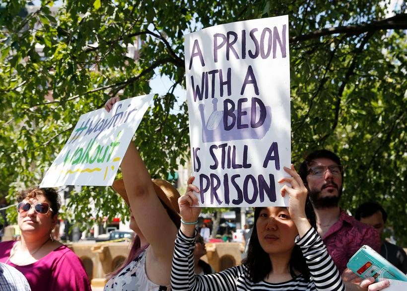 "(Wayfair员工罢工抗议,""监狱就算有床,也仍是监狱""。图片来源:JESSICA RINALDI / GLOBE STAFF)"