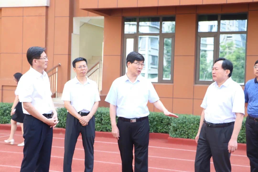 康博公馆 市委书记李猛到康博小学调研并看望老师