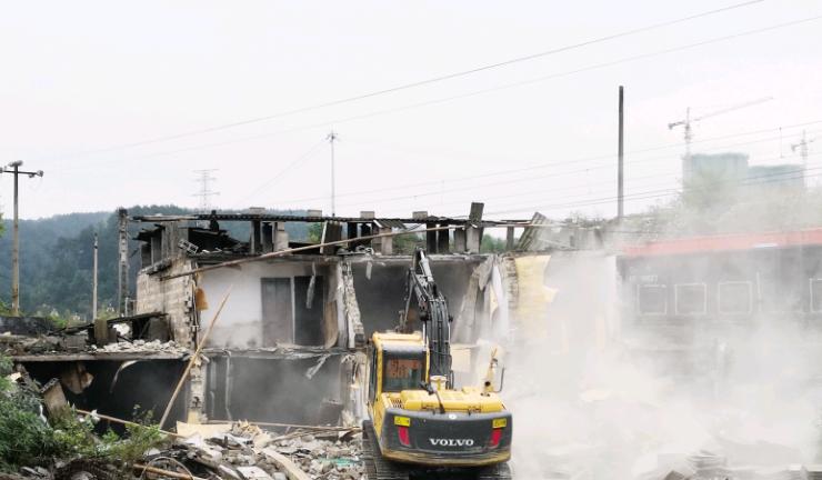 多部门联合执法,1月至今—— 汇川区拆违18.6万平方米