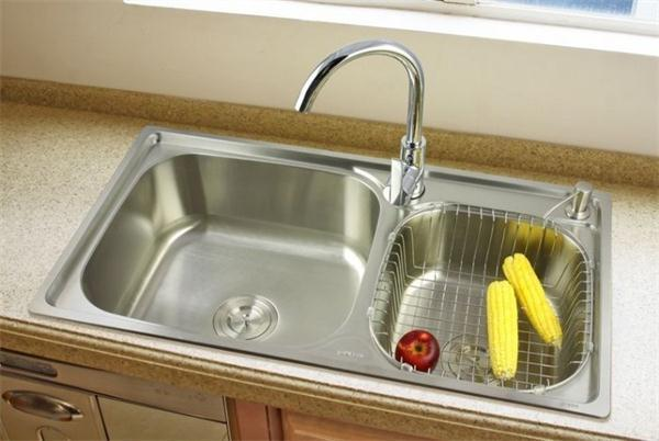 厨房水槽用不锈钢的到底好不好 后悔我家新房刚装上啊
