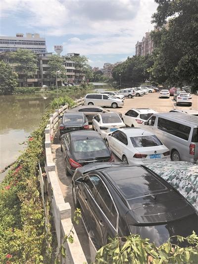海珠小区私自围蔽河道当停车场 市河长办:侵占河道违法