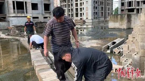 烂尾楼里的 30 位房奴:每天爬 18 楼、一个月洗一次澡搜狐焦点北京站插图(24)