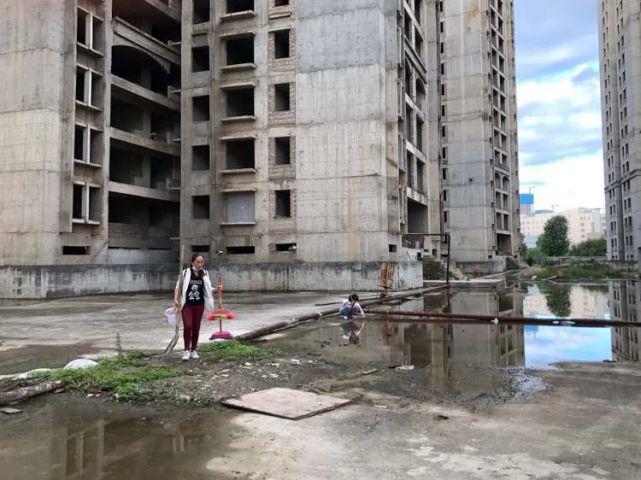 烂尾楼里的 30 位房奴:每天爬 18 楼、一个月洗一次澡搜狐焦点北京站插图(2)