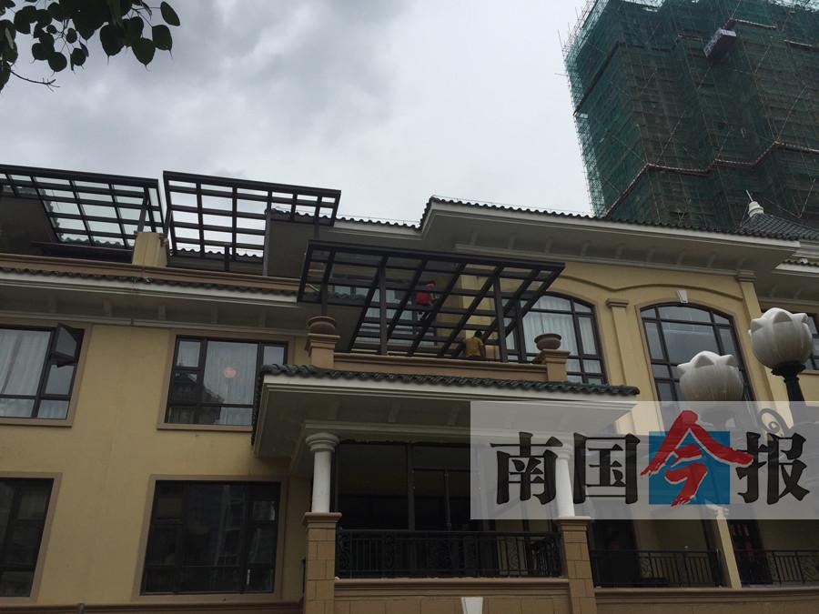 柳州某小区统一搭建挡雨玻璃棚 已被立案调查