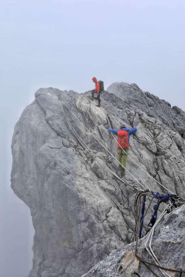 华耐家居登山队成功登顶大洋洲之巅—查亚峰