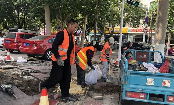 """濟寧城區多個路段花磚進行""""破相""""修復 透水性能更強"""