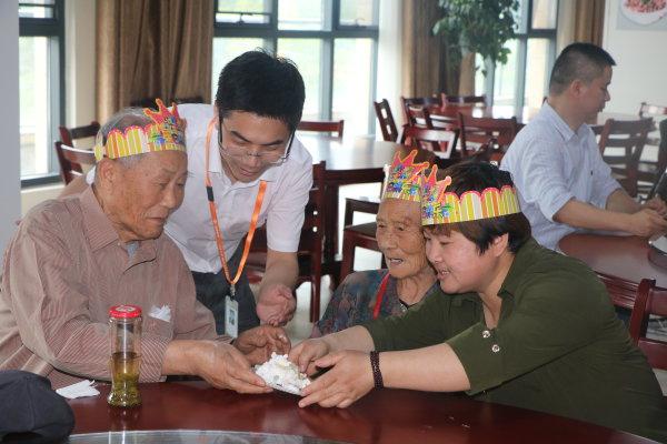 """杭州探索""""老少相伴""""养老新模式 养老院住进年轻人"""