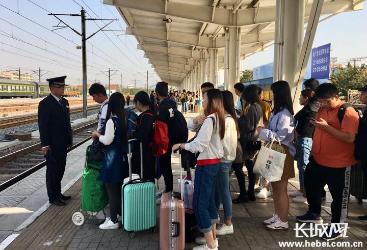 """衡水车务段 """"十一""""长假发送旅客30.02万人 单日发送纪录"""
