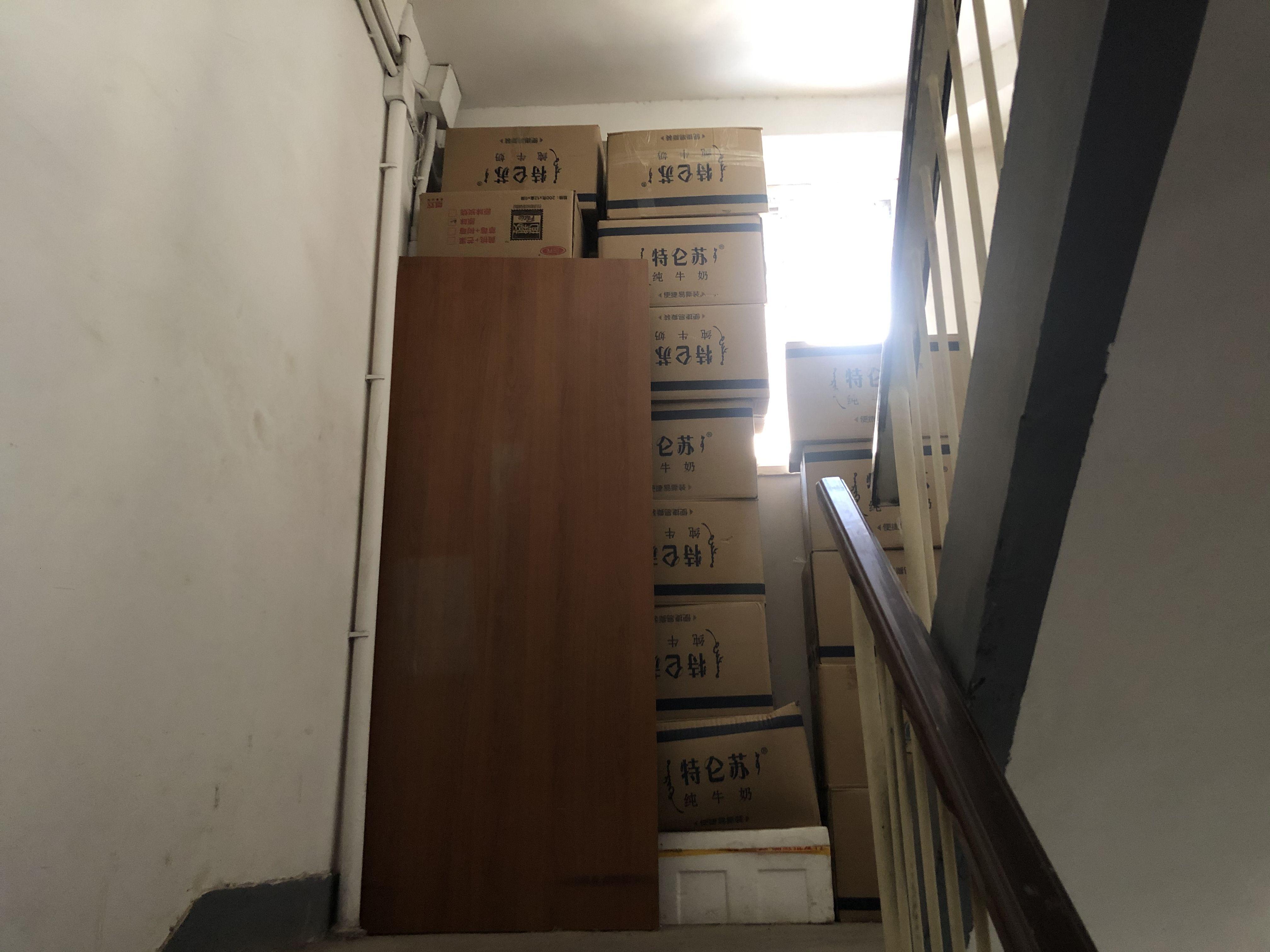 把楼道当库房?一小区楼内乱堆杂物高达十几米
